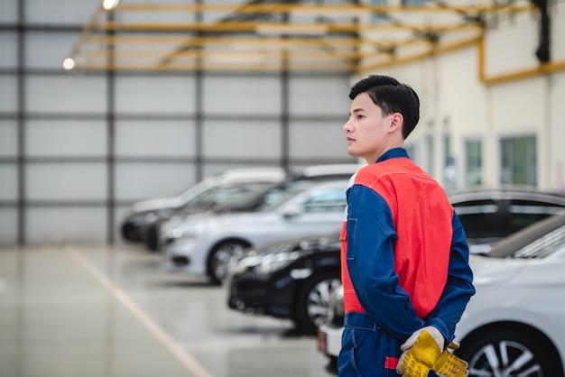 Asiatische motorradfahrer tragen rennanzüge in reparaturwerkstätten und autowerkstätten.