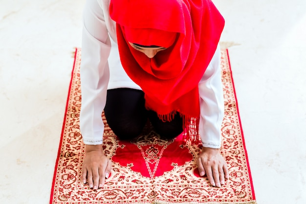 Asiatische muslimische betende frau