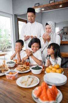 Asiatische muslimische familie bricht das fasten