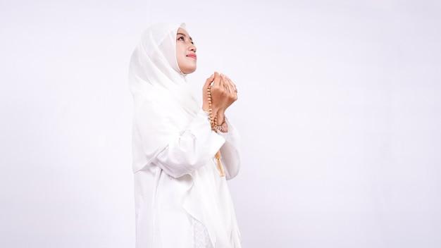 Asiatische muslimische frau betet isoliert