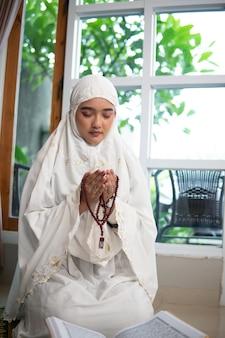 Asiatische muslimische frau, die betet