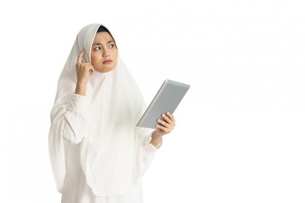 Asiatische muslimische frau mit weißem kleid