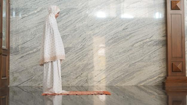 Asiatische muslimische frauen, die in der moschee beten