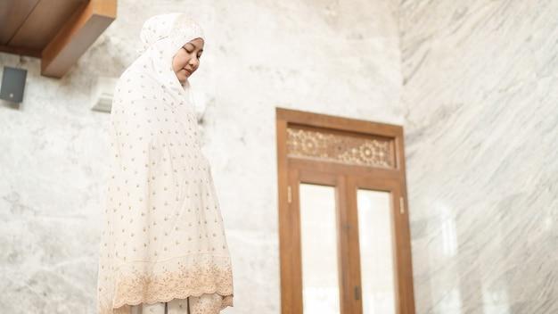 Asiatische muslimische frauen verrichten die obligatorischen gebete in der moschee
