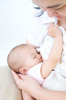 Asiatische mutter, die ihr baby stillt