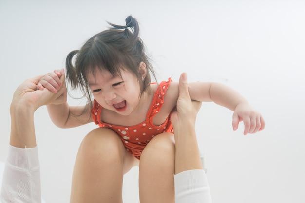 Asiatische mutter und kleinkind, die sich zu hause entspannen. familie, die zusammen spaß hat