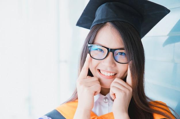 Asiatische nette frauenporträtstaffelung, thailand-universität