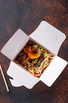 Asiatische nudeln mit fleisch und gemüse