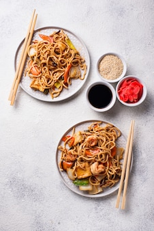 Asiatische nudeln mit garnelen und gemüse