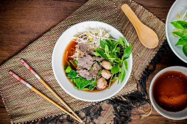 Asiatische nudelsuppe mit rindfleisch frikadelle