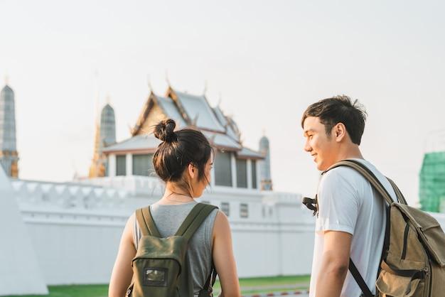 Asiatische paare des reisenden, die in bangkok, thailand reisen und gehen