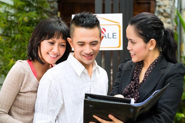 Asiatische paare, die nach immobilien suchen