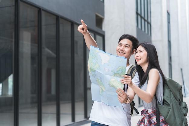 Asiatische paarrichtung des reisenden auf standortkarte in peking, china