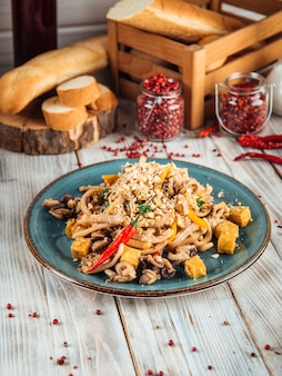 Asiatische pad thai nudel mit meeresfrüchten und tofu