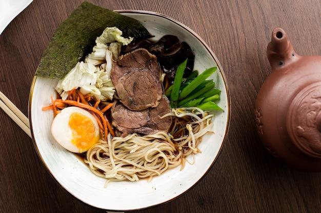 Asiatische ramen mit rindfleisch und nudeln in einem restaurant