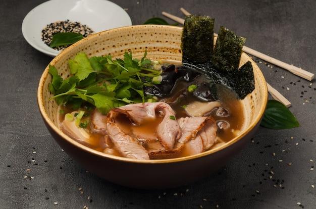Asiatische ramensuppe mit rindfleisch und champignons