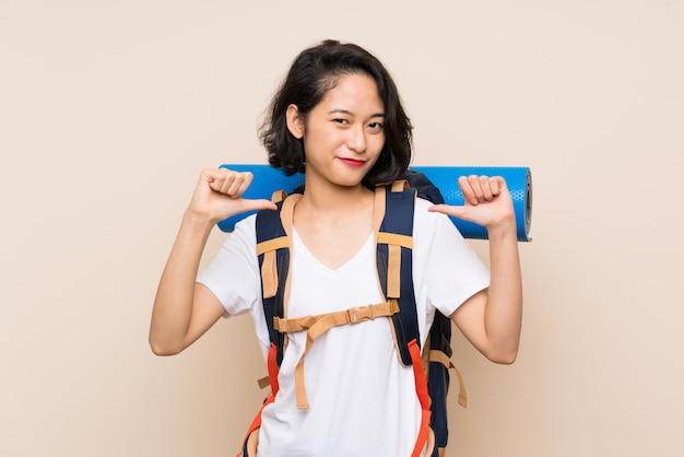 Asiatische reisendfrau stolz und selbstzufrieden
