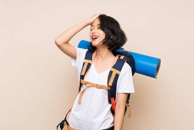 Asiatische reisendfrau über lokalisierter wand hat etwas verwirklicht und die lösung beabsichtigt