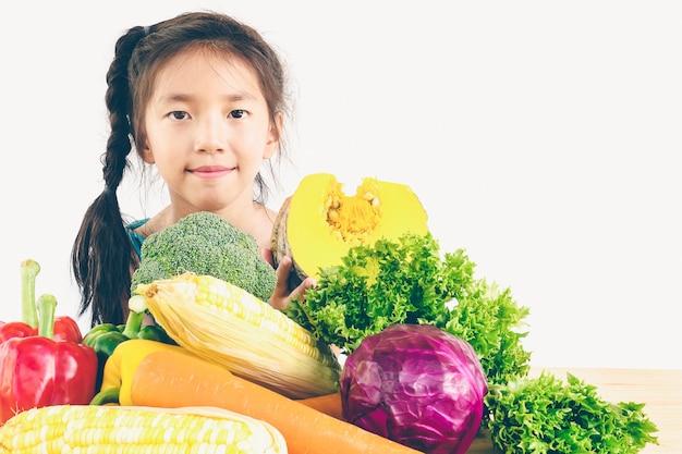 Asiatische reizende mädchenvertretung genießen ausdruck mit frischem buntem gemüse