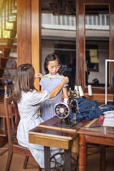 Asiatische schneiderin im arbeitszimmer