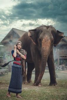Asiatische schöne frau mit einem großen elefanten