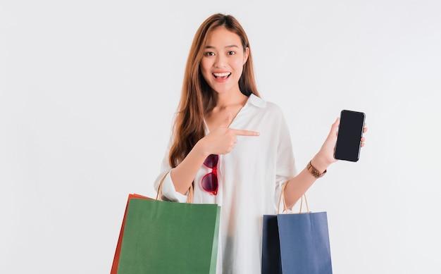 Asiatische schöne frauenbloggerin, die smartphone für online-shopping verwendet
