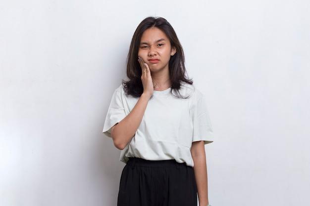 Asiatische schöne junge frau, die unter zahnschmerzen schmerzen zahnkaries zahnempfindlichkeit leidet