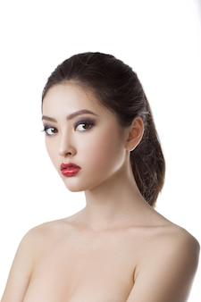 Asiatische schönheitsfrauen-hautpflege-nahaufnahme. porträt des schönen jungen mädchens.