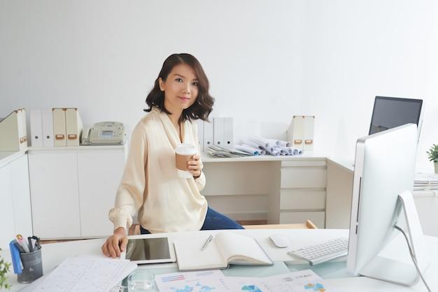Asiatische sekretärin am arbeitsplatz