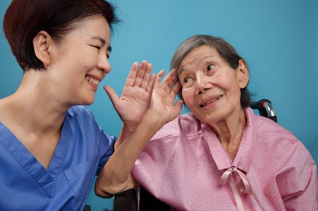 Asiatische senioren frau hörverlust, schwerhörig