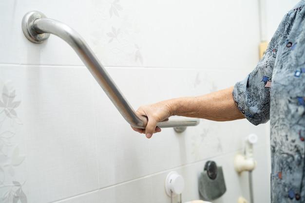 Asiatische senioren oder ältere ältere frauenpatienten benutzen toilettenbadezimmergriffsicherheit in der krankenstation, gesundes starkes medizinisches konzept