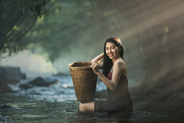 Asiatische sexy frau, die in der kaskade, thailand badet