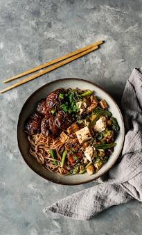 Asiatische soba-nudel des strengen vegetariers mit tofukäse, shiitakepilze