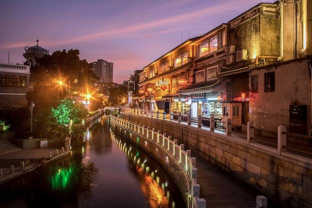 Asiatische stadt mit chinesischen laternen und einem fluss