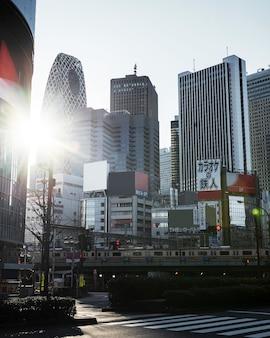 Asiatische stadtlandschaft mit zug