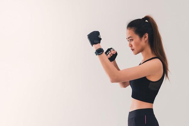 Asiatische starke boxerfrau stellte die lochkarte ein.