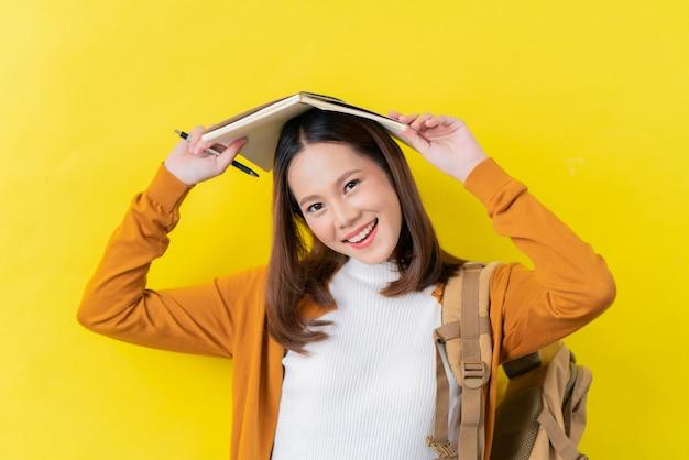Asiatische studenten benutzen notizbücher.