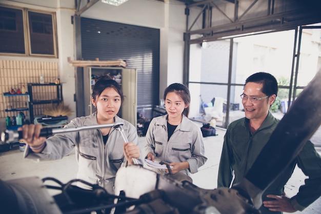 Asiatische studenten ingenieure und techniker reparieren flugzeuge auf klasse an der universität