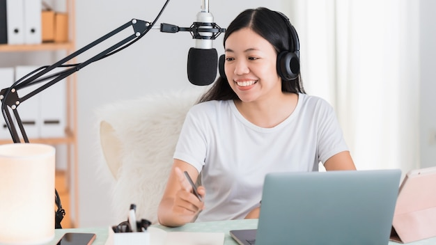 Asiatische studentin oder geschäftsfrau, die von zu hause aus mit computer arbeitet. konzept der sozialen distanzierung, die allein zu hause in der epidemischen situation von covid-19 arbeitet.