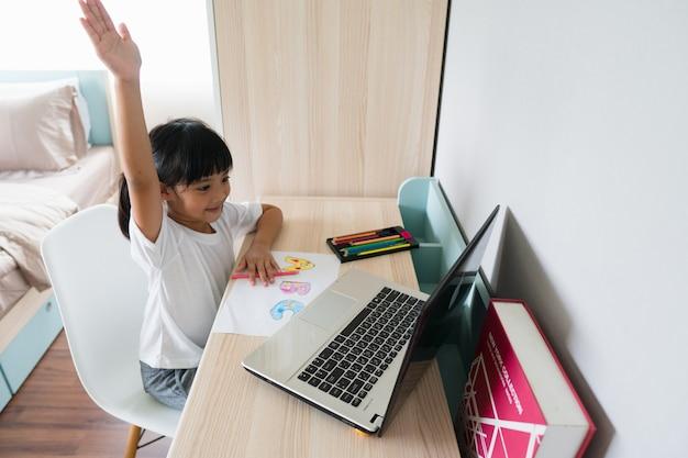 Asiatische studentin online-lernklasse studieren sie online mit laptop zu hause.