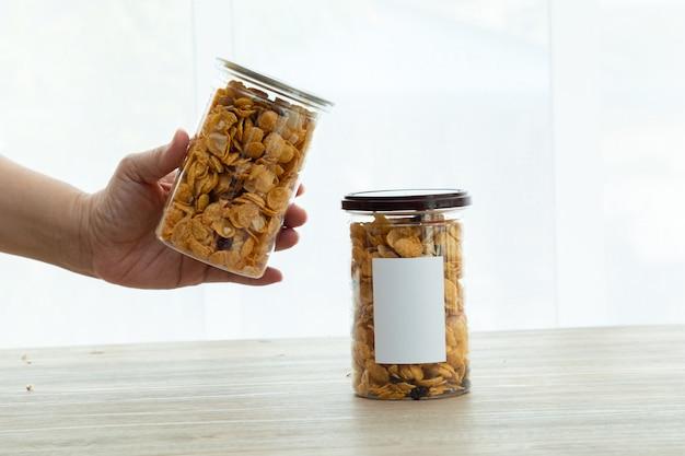 Asiatische süße und salzige snacks leckerer gemischter cornflakes-mockup-aufkleber für natürliches licht des logos