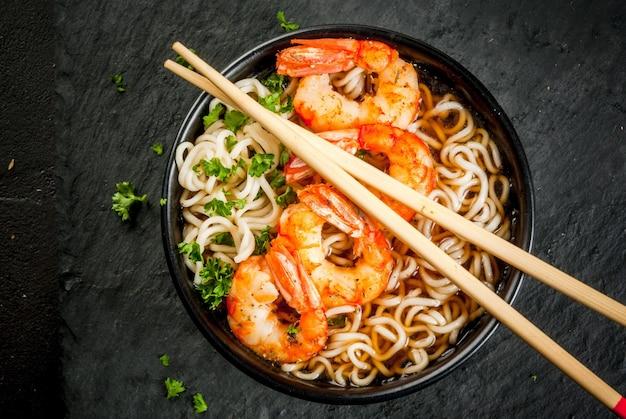 Asiatische suppe mit nudeln und garnelen garnelen