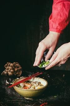 Asiatische suppe ramen essfertig