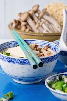 Asiatische suppe ramen mit feta-käse