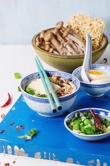 Asiatische suppe ramen mit feta