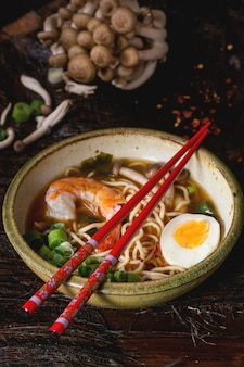 Asiatische suppe ramen mit garnelen