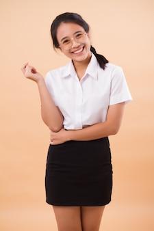 Asiatische thailändische studentin in uniform. porträt des glücklichen lächelnden asiatischen thailändischen universitätsstudenten