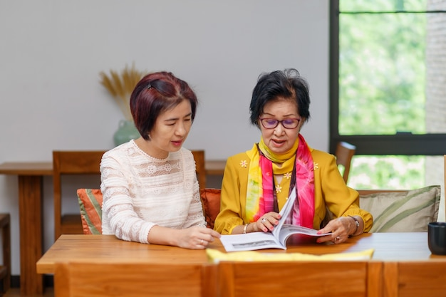 Asiatische tochter mittleren alters kümmert sich um ältere mutter zu hause