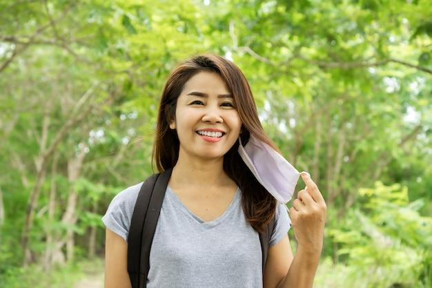 Asiatische tourismusfrau reisen allein mit neuem normalem lebensstil