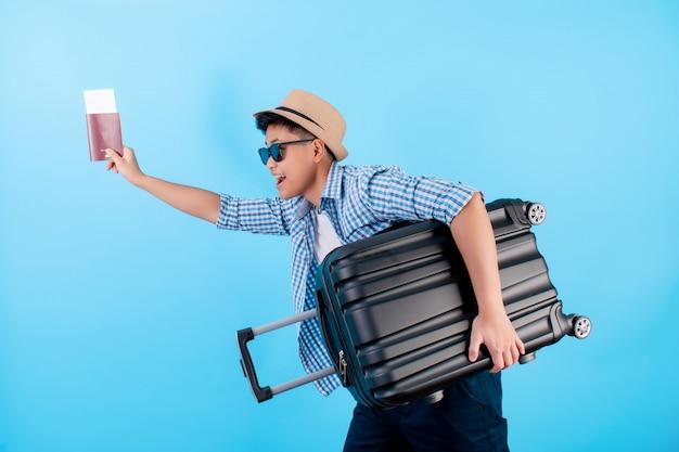 Asiatische touristen rennen schnell mit gepäck auf blau